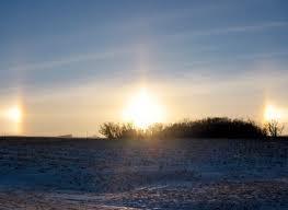 Un parhélie, deux petits soleils apparaissent de chaque côté du soleil